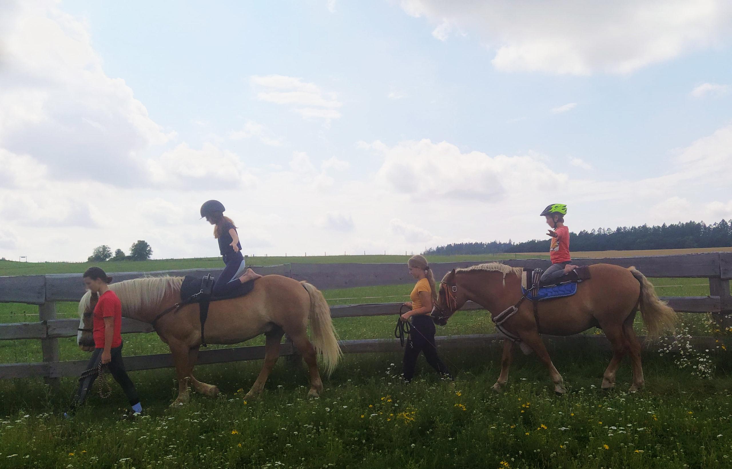 Koně jako cvičební vybavení. :)